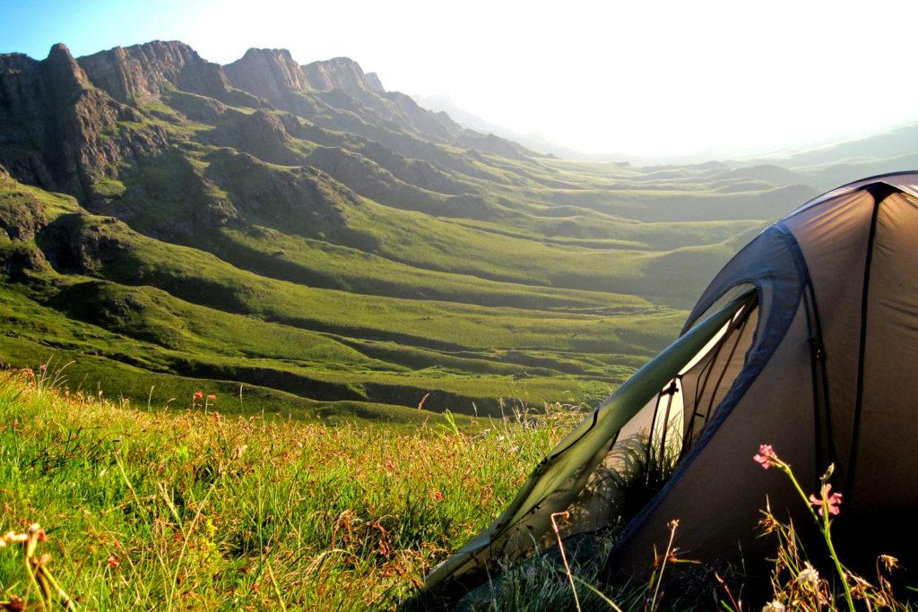 Une tente au pied du paysage verdoyant du Sani pass