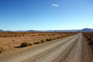 route désertique face à l'horizon dans le Karoo