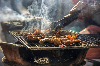 Morceaux de viande manipulés sur la feu à l'aide d'une broche