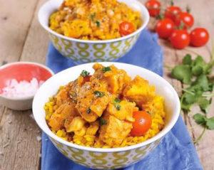 Curry de poulet traditionnel Cape Malay dans de jolis bols colorés