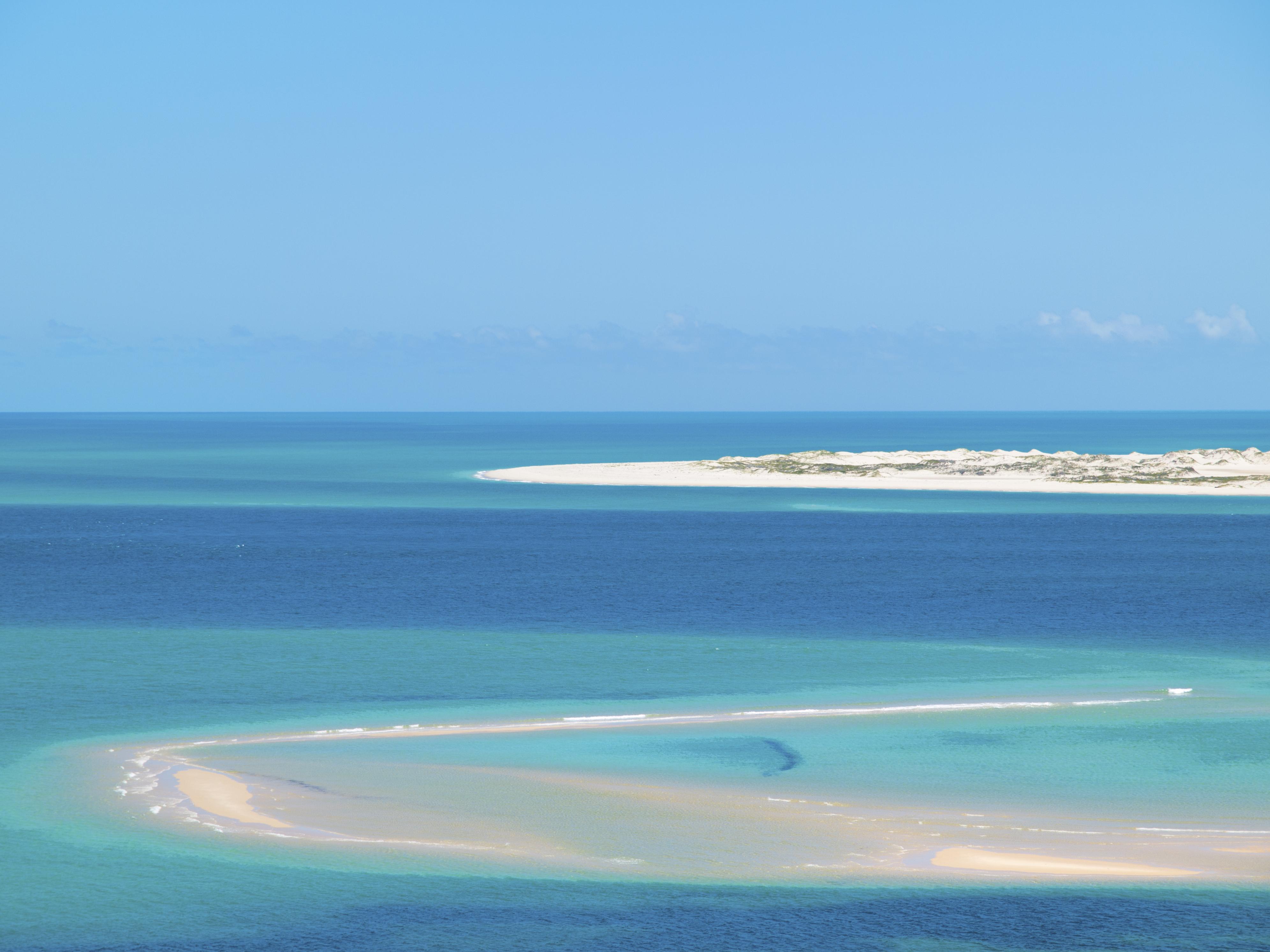 vue du ciel sur l'archipel de Bazaruto avec ses eaux turquoises