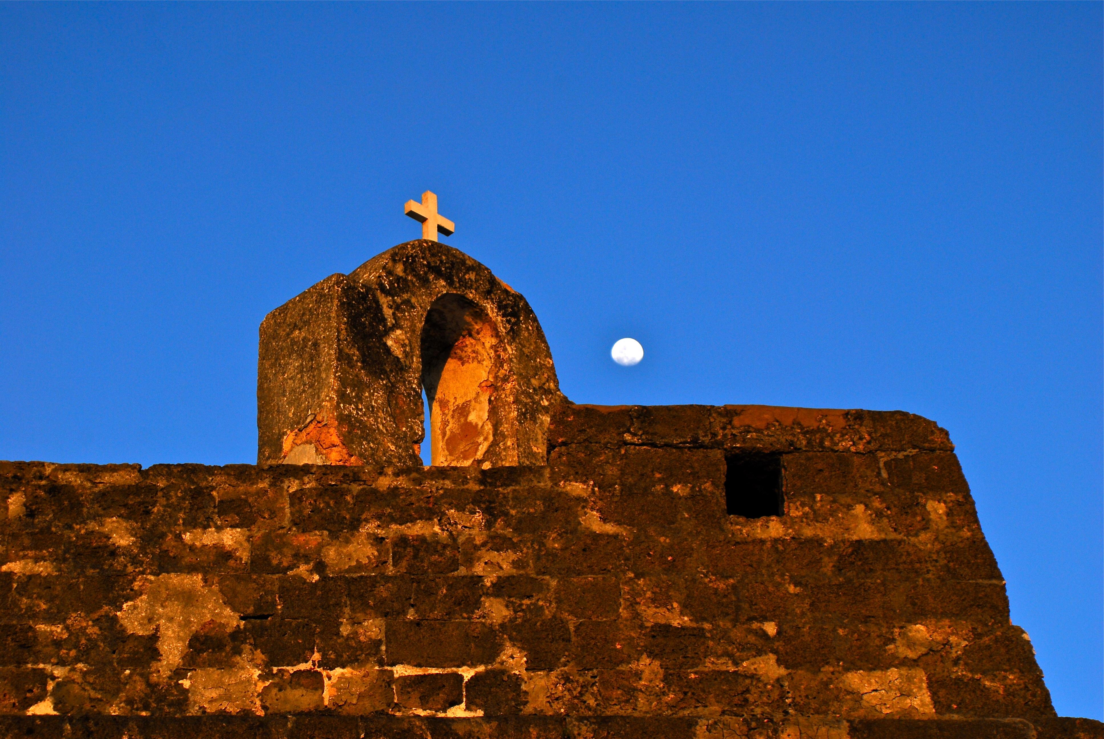 un mur en pierre de la forteresse de san sebastian de nuit avec lune
