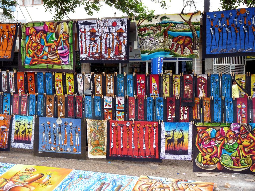tissus et tableaux colorés dans les rues du marché de Maputo