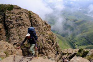 Un guide local au sommet d'une échelle durant la randonnée