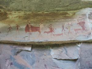 Hommes et animaux déssinés par les sans sur les roches du Drakensberg