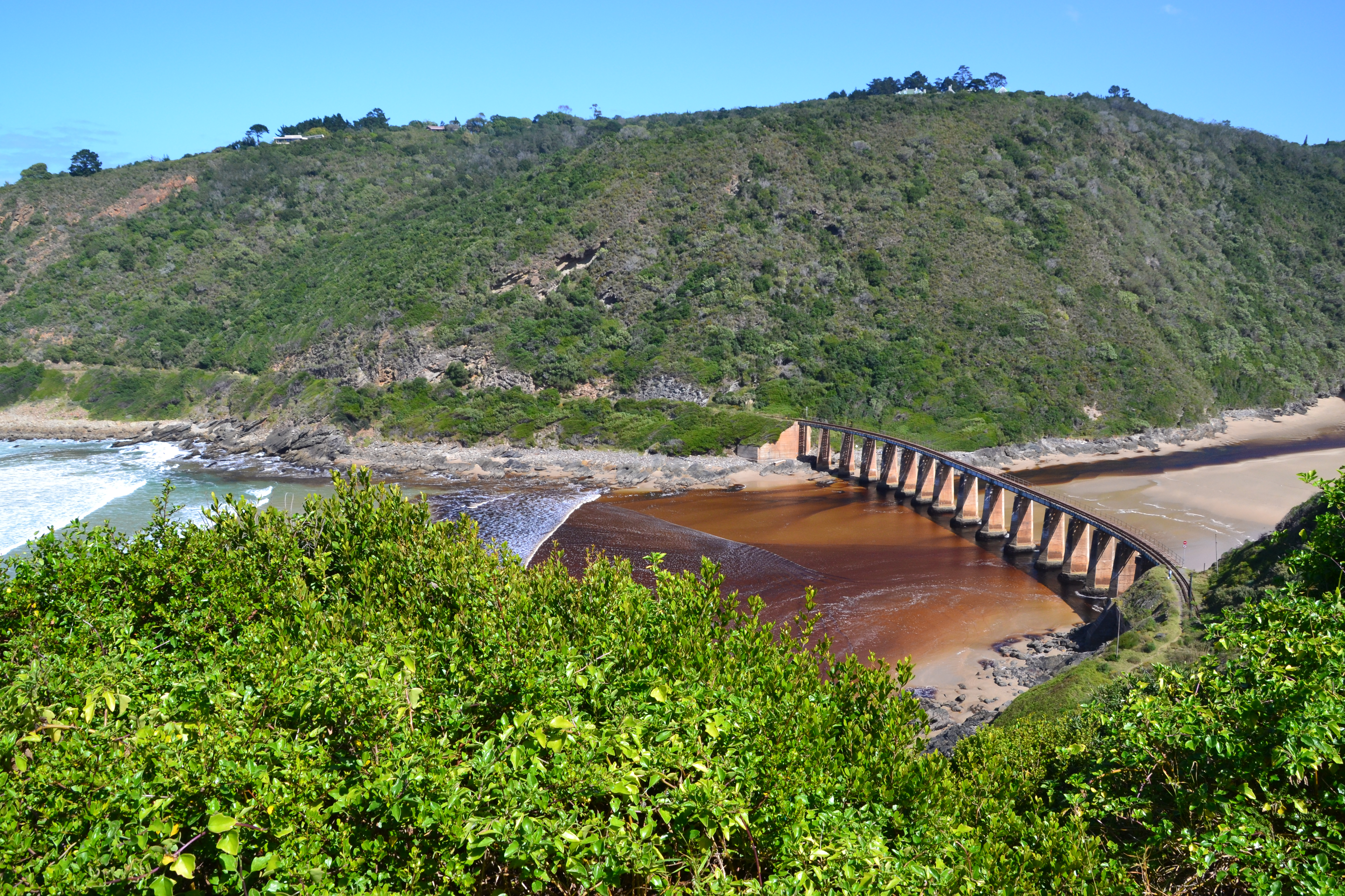Vue sur le pont de Kaimans pass située dans le Wilderness en Afrique du Sud