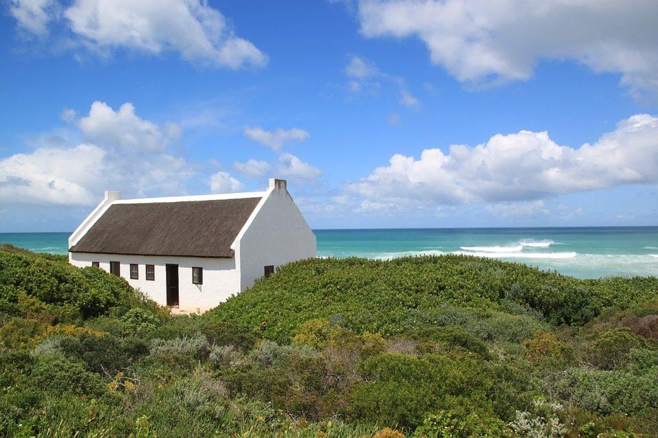 Petite maison blanche située sur les dunes de la magnifique plage de De Hoop