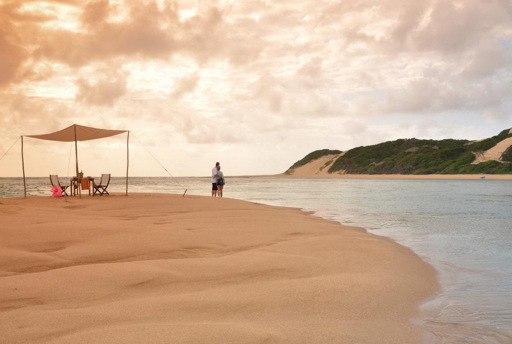 pique-nique exclusif sur une île de bazaruto avec une ambiance romantique