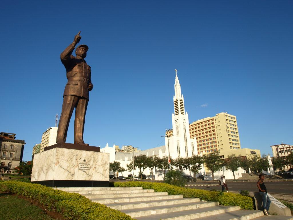 architecture et culture : zoom sur une statue dans la ville de Maputo