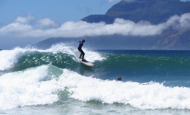 Entre vagues et nuages...deux surfeurs en plein action à Noordhoek