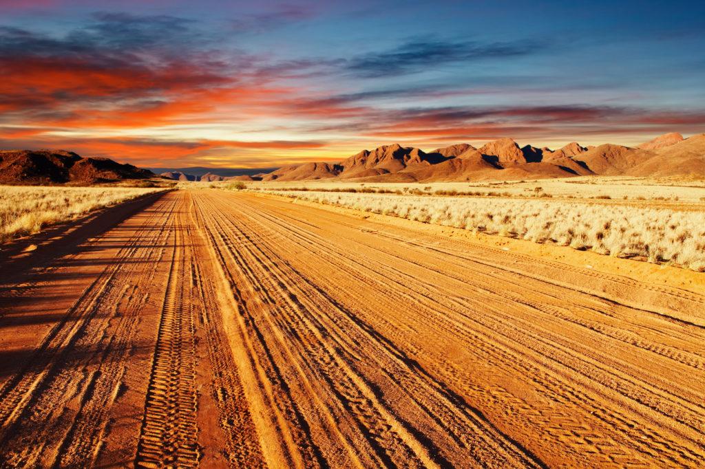 Route dans le désert du Kalahari en Namibie