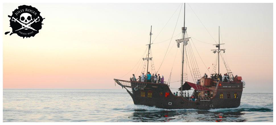 Le bateau pirates flotte fierement sur les eaux du Cap au coucher du soleil