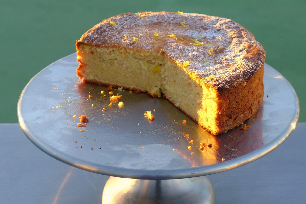 Un grand gâteau à la noix de cajou typique sur un promontoire