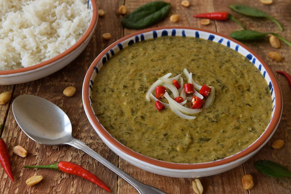 Beau bol de matapa, riz et piment sur belle table décorée