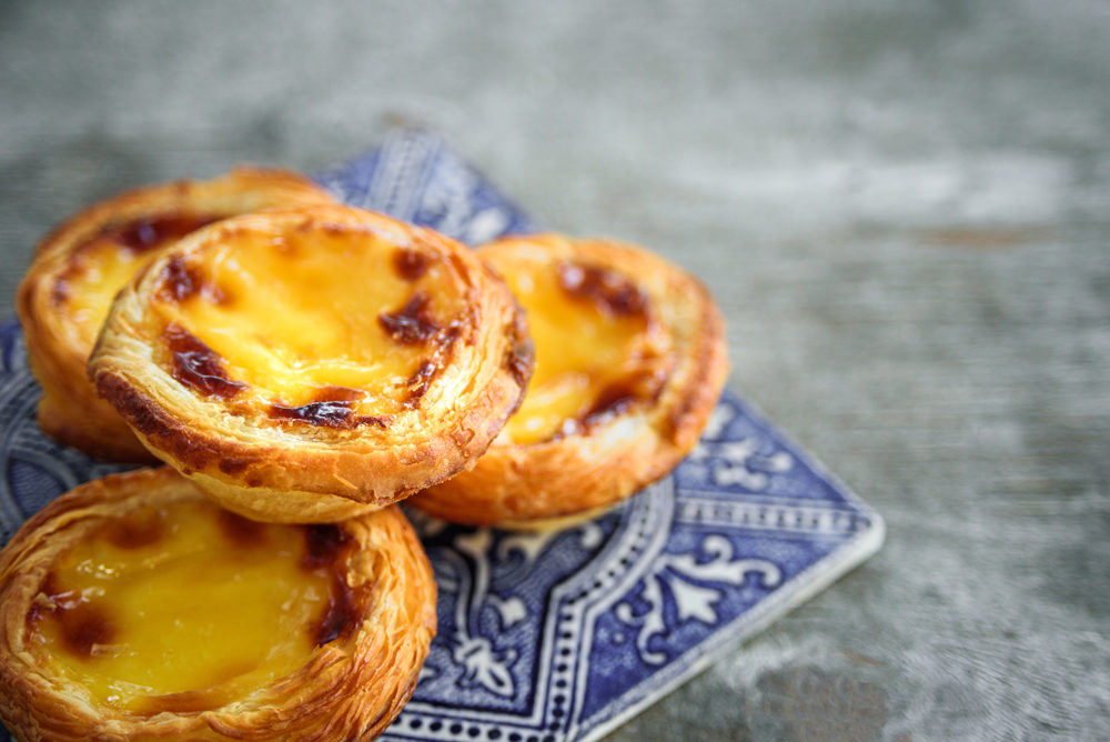 Quelques delicieux pasteis de nata sur un plateau en azulejos portugais
