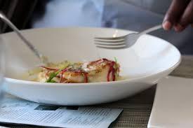 Kingklip délicieusement cuisiné dans une belle assiette blanche