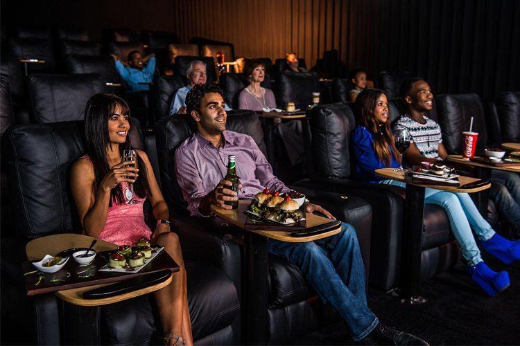 Une dizaine de personnes observent captivement l ecran de cinema