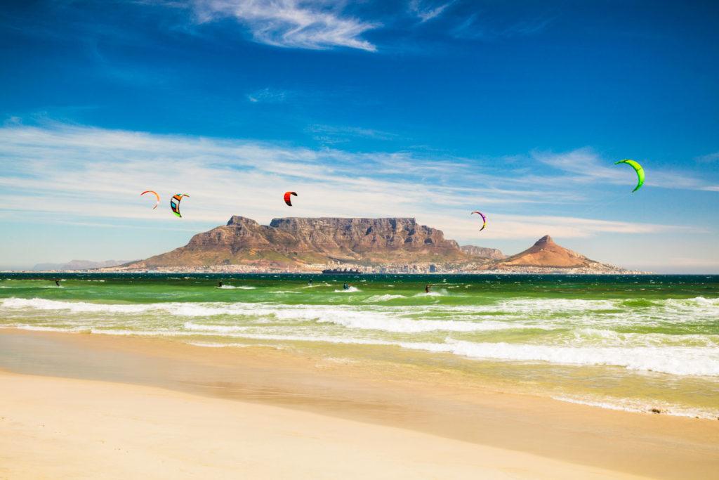 Depuis Blouberg beach, vue sur les kitesurfers et Table Mountain