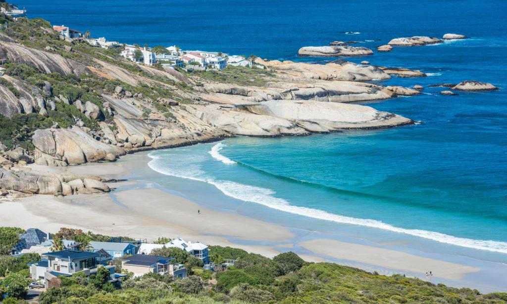 La plage de llandudno avec son sable fin, ses rochers et ses maisons
