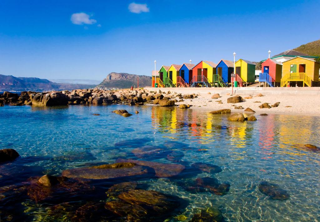 La piscine d'eau de mer de St James beach avec ses cabanes colorées