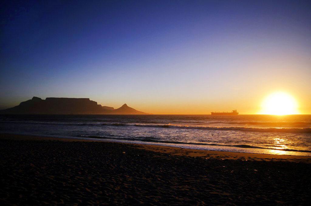 Vue sur Table mountain au coucher du soleil depuis Blouberg beach