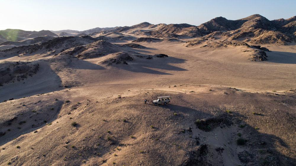 Un véhicule tout terrain au milieu des montagnes arides du Kaokoland