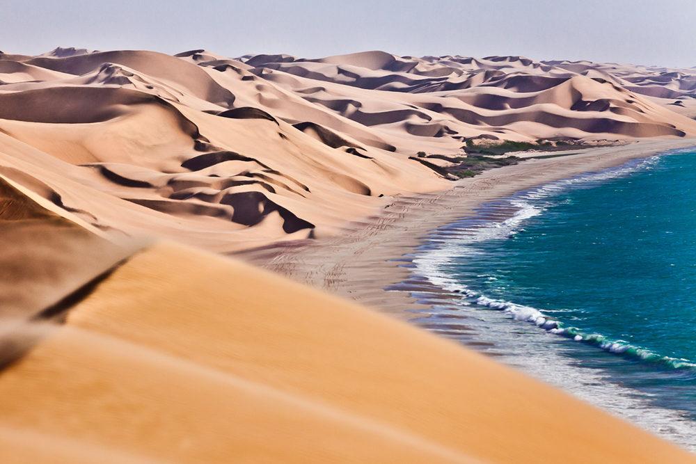 Les dunes du Namib à perte de vue accolées à l'océan