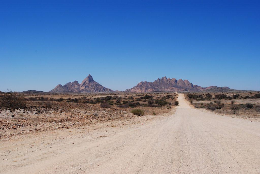 e piste avec à l'horizon le site de Spitzoppe