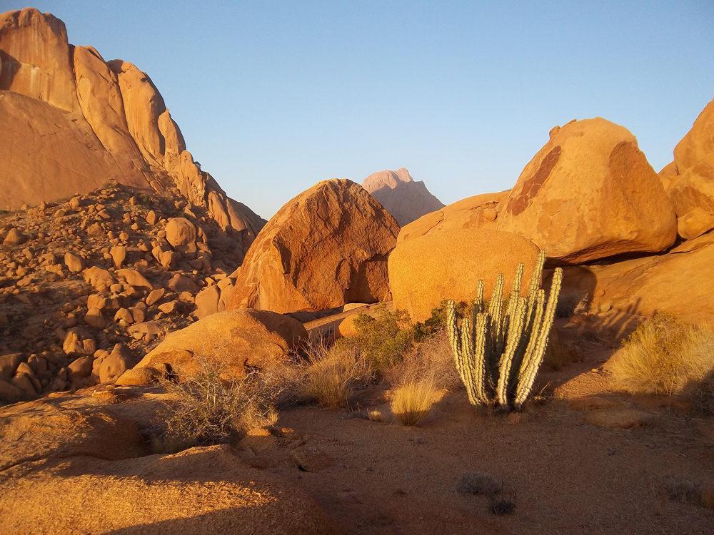 Zoom sur la roche orangée de Spitzkoppe illuminée par le soleil