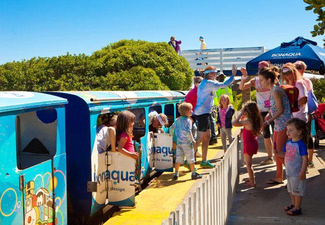 Une petite dizaine d'enfants et leurs parents sortent du Petit Train Bleu