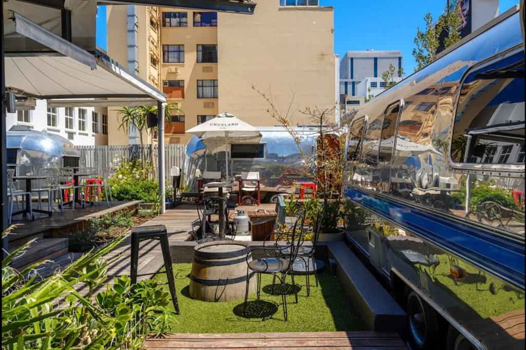 La décoration atypique du rooftop Sky Bar avec ses caravanes vintage