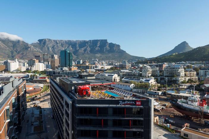 Vue sur le rooftop du red avec Table Mountain et la ville derrièr