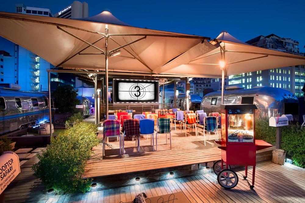 Sur la terrasse en bois du rooftop, une salle de cinéma en plein air