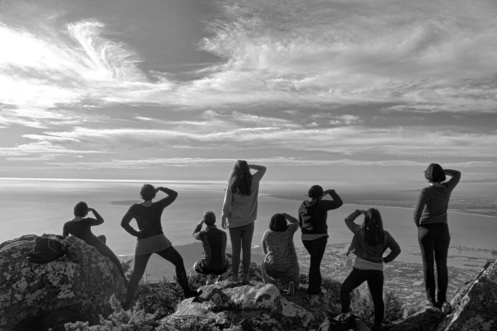 Photo flash back en noir et blanc de l'équipe regardant l'horizon