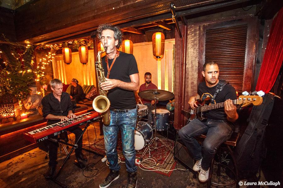L'intérieur aux couleurs chaudes d'Asoka accueillant un groupe de jazz