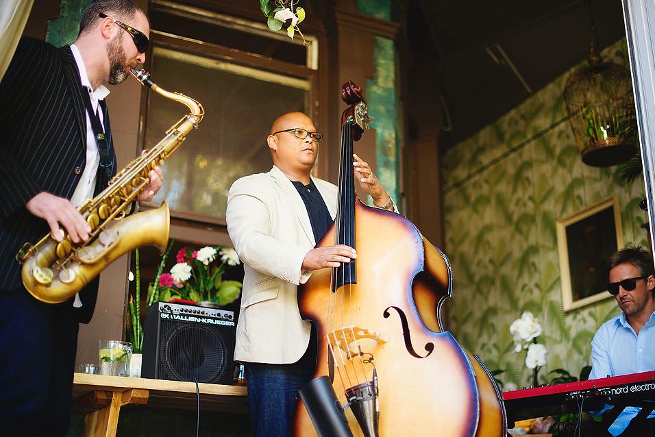 Un groupe de jazz en live en train de jouer du saxo et de la basse