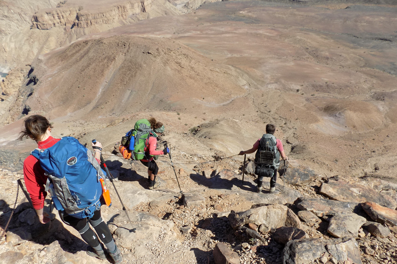 Trois randonneurs avertis descendent au coeur du Fish River Canyon