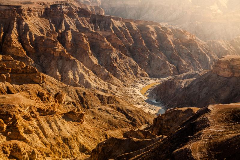 Zoom sur le Fish River Canyon et ses falaises abruptes dorées