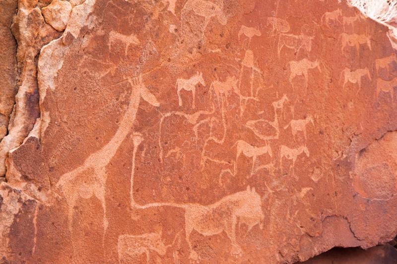 Lions, girafes.. Zoom sur une peinture rupestre gravée dans la roche
