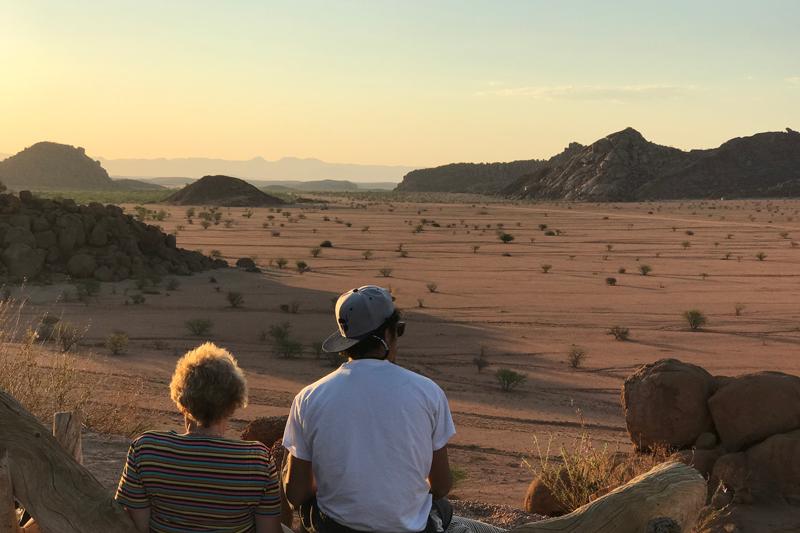 De dos, deux personnes assises admirent les paysages du Damaraland