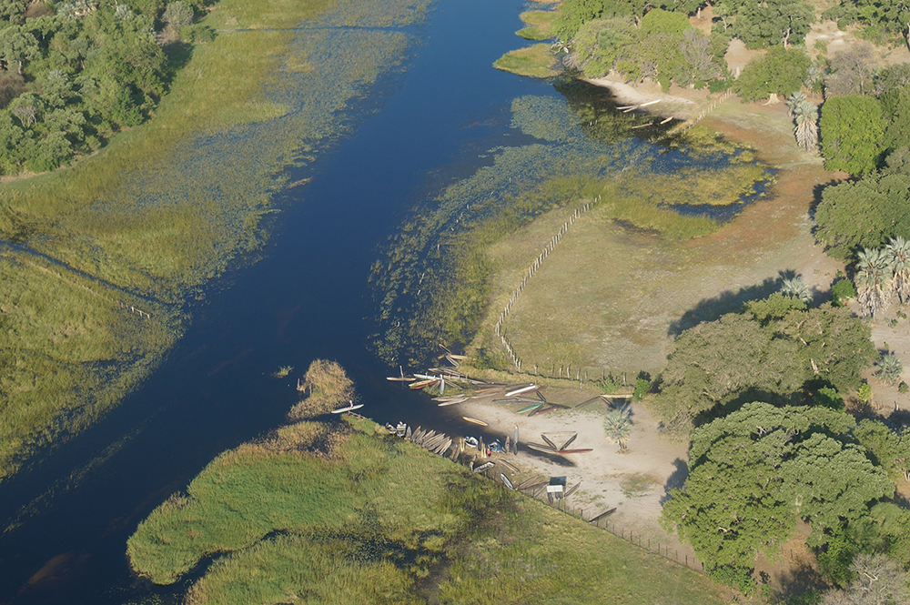 Depuis le ciel, vue sur les mokoros au bord des rives de l'Okavango