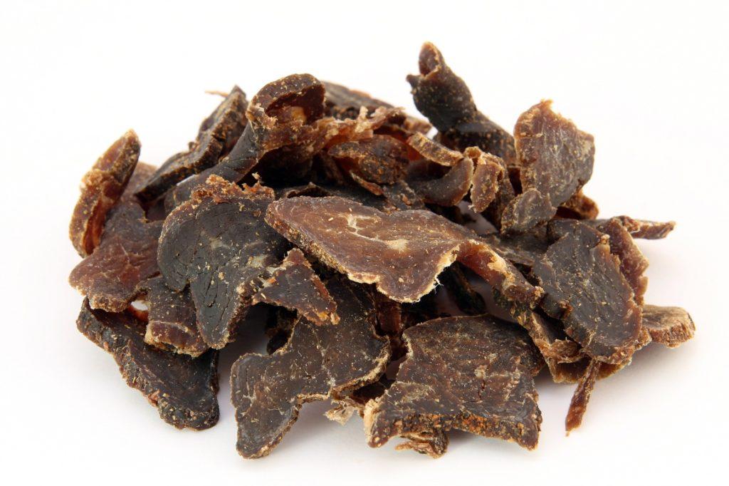 Zoom sur des morceaux de viande séchée : le biltong, un en-cas salé