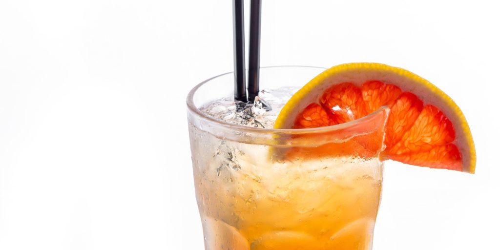 Verre contenant la boisson orangée du rock shandy, la boisson locale