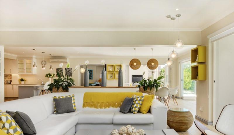 Intérieur chaleureux d'une villa de vacances avec salon et cuisine