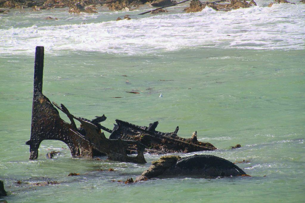 Une épave git entre l'eau et la surface dans les eaux-sud-africaines