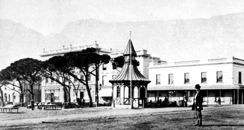 Montagne, bâtiments.. Place publique de Cape Town en 1875