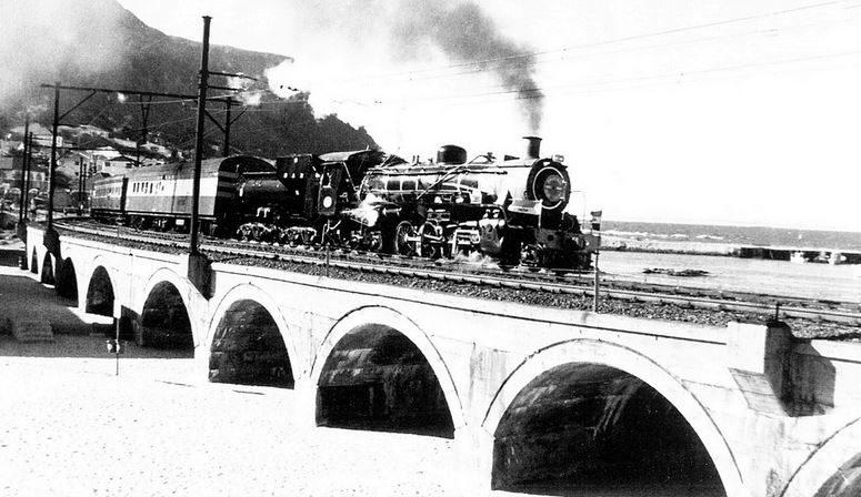 Cape Town avant : le village de Kalk Bay avec son train en 1927