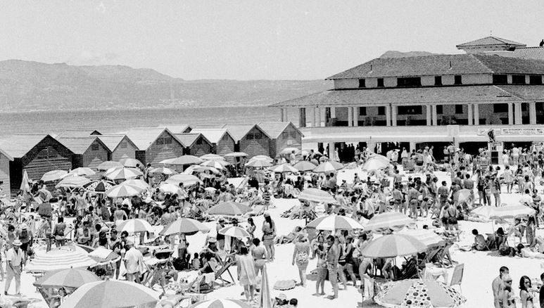 Muizenberg en 1968 avec la foule en maillot, les cabanons et la mer