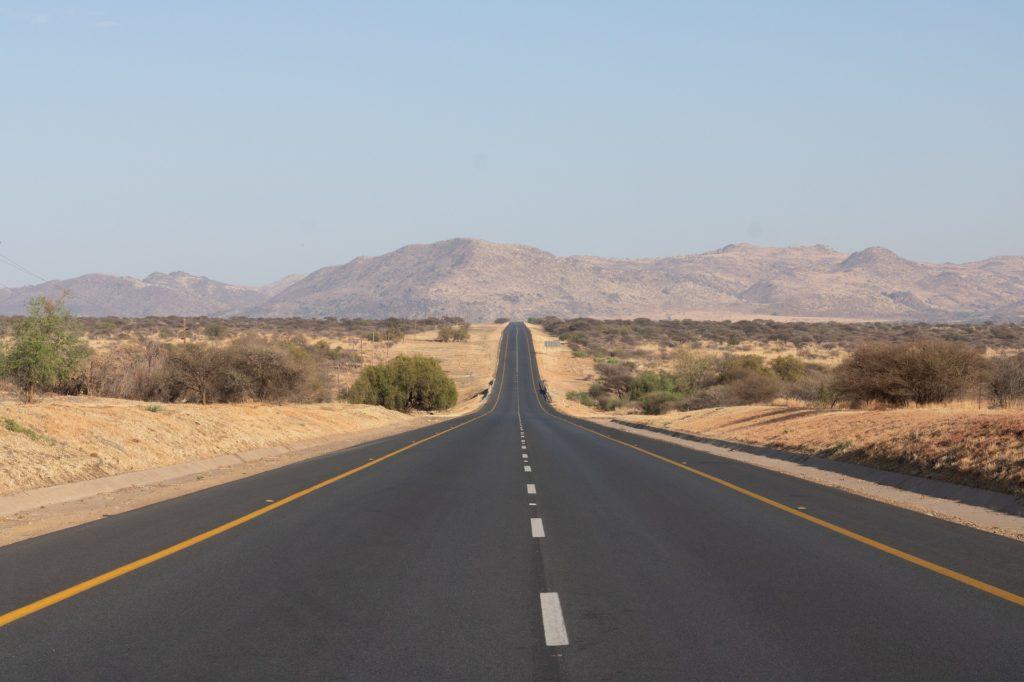 Route infinie vers l'horizon et ses montagnes
