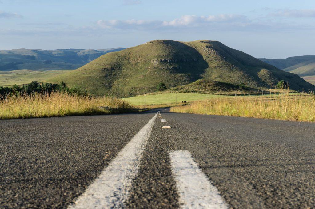 Zoom sur l'asphalte d'une route dans les paysages du Drakenserberg